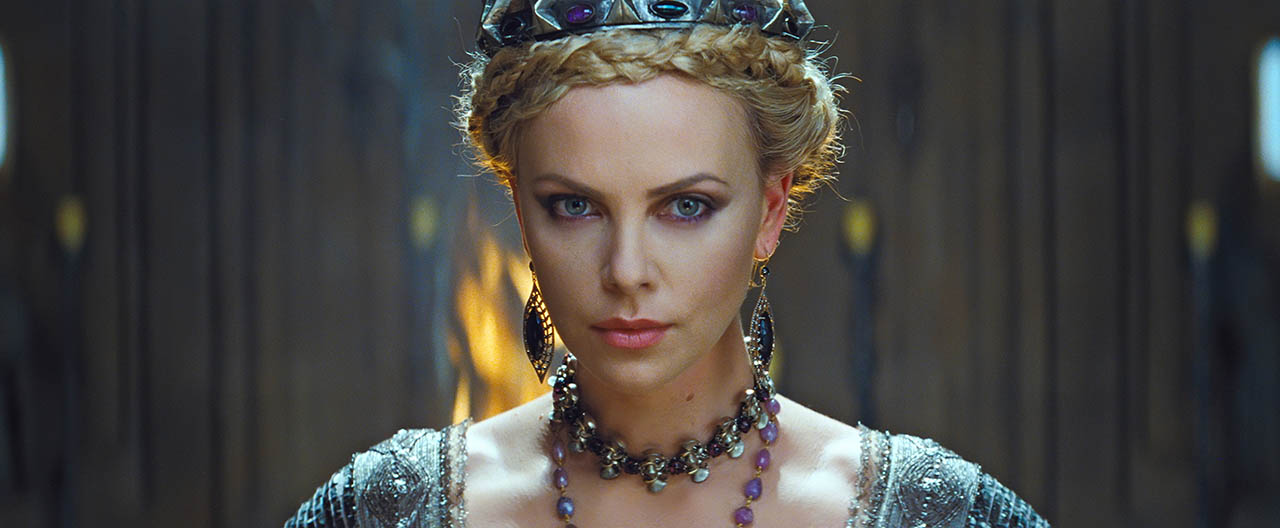 Charlize Theron es la Reina en BLANCANIEVES Y LA LEYENDA DEL CAZADOR